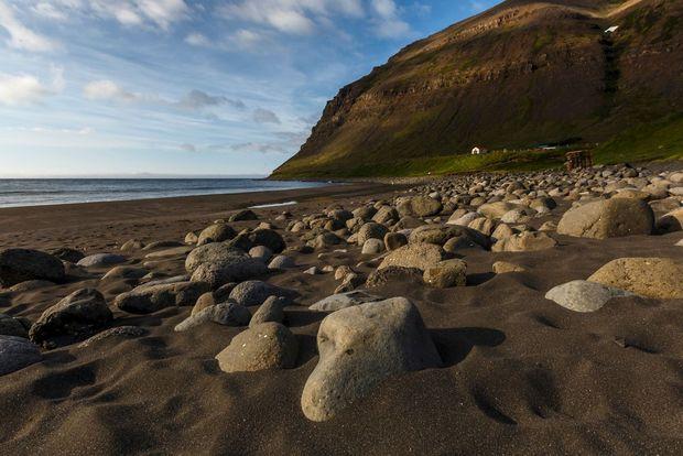 Het strand van Skalavik, Isafjordur., Clickalps SRLs