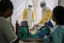 Geïntegreerd onderzoekslaboratorium in het ebolabehandelingscentrum, een primeur in DR Congo. Dit heeft verschillende voordelen: minder biomedisch risico omdat bloedmonsters van patiënten niet buiten het risicovolle gebied moeten worden getransporteerd en veel snellere testresultaten. , Carl Theunis/AZG