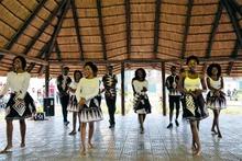 Studentinnen van de Eduardo Mondiane University in Maputo wagen zich aan een traditionele dans.,  Belga Image