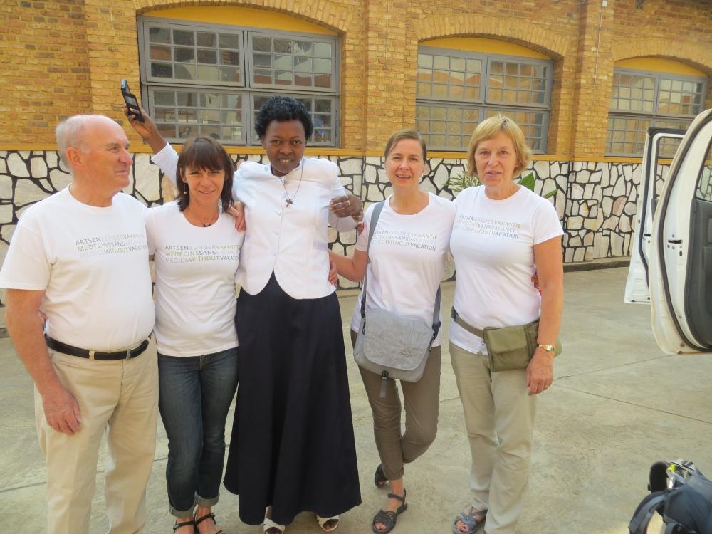 """Marc Verpoest en zijn team in Rwanda: """"De communicatie met de lokale artsen en directie verloopt schitterend. De contacten verlopen veel losser en zijn vaak veel directer dan bij ons het geval is."""""""