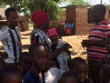 Voor deze baby kunnen de Tanzaniaanse oogartsen jammer genoeg niets doen...